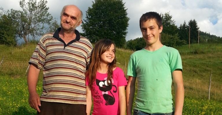 Ermina i Ermin Agović sa ocem Muhedinom